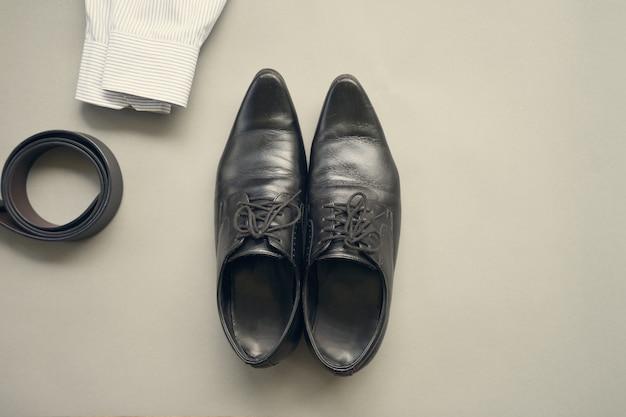 Плоский дизайн лежал на одежде бизнесмена с на сером фоне