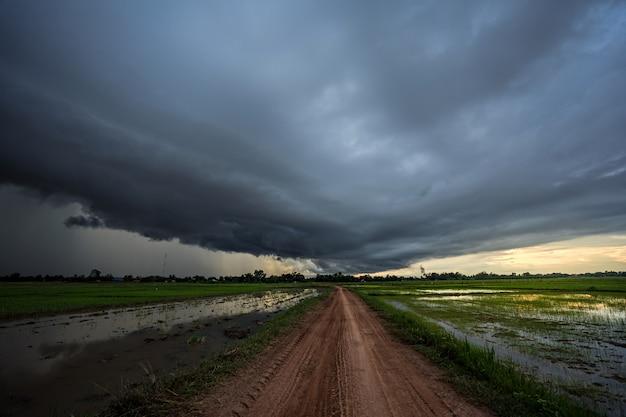 地元の道路を渡る嵐雲。