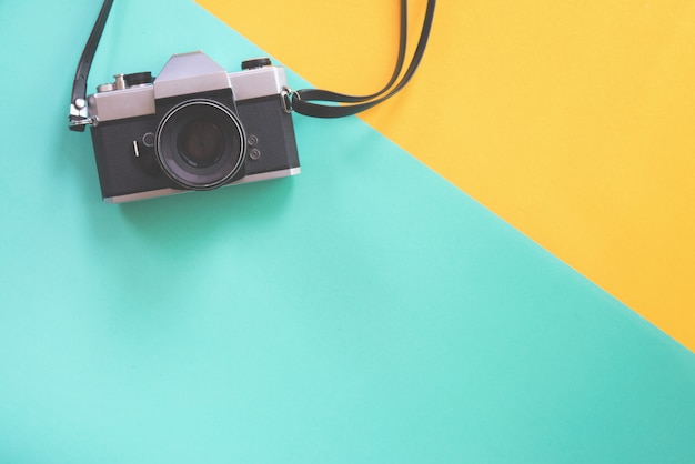 Винтажная камера на винтажной пастельной предпосылке.