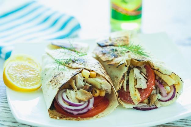 肉を使った伝統的なギリシャのジャイロプレート