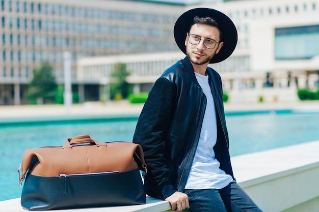 屋外での都市環境での若い男性の肖像