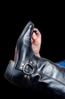 Молодой сапожник кладет обувь для обуви на черную обувь