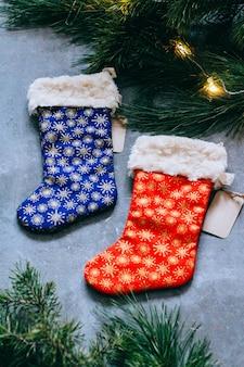 クリスマスまたは新年の背景、クリスマスツリーブランチ、明るいストッキング。