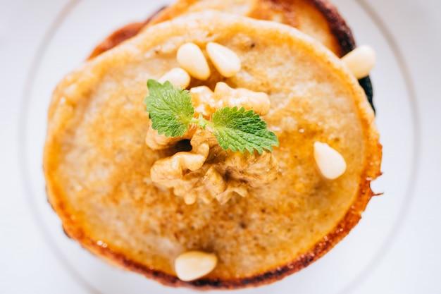 Плоские банановые блины с грецкими орехами