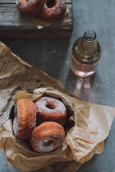 金属製のバケツ、ストリートフード、ピンクソーダの盛り付けのドーナツ。