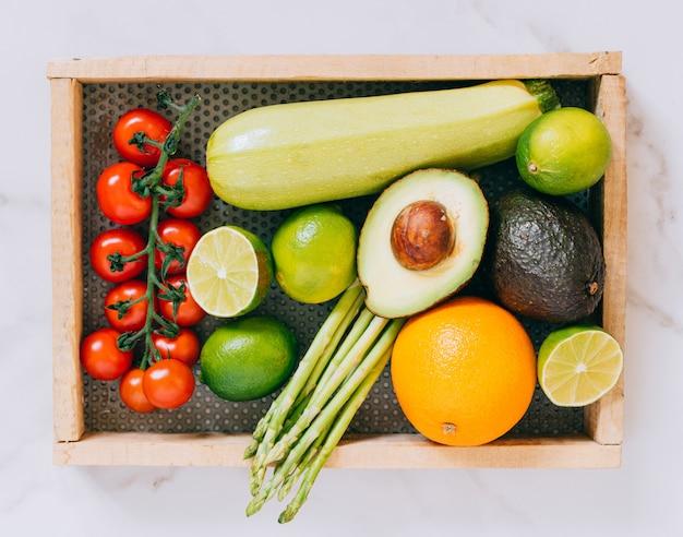 白い大理石の木製の箱でトップビュー新鮮な他の健康野菜
