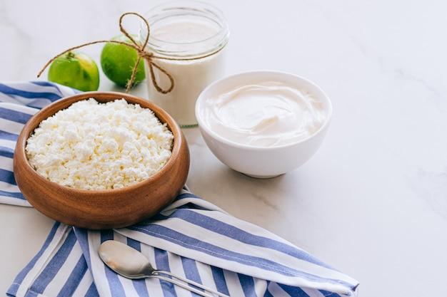 カッテージチーズのサワークリームとライムの大理石のテーブルで健康的な朝食