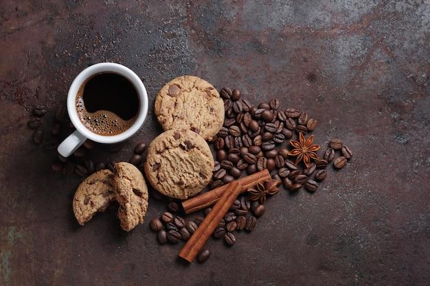Чашка кофе и шоколадное печенье вид сверху