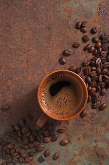 さびたテーブルの上の木製カップのコーヒー