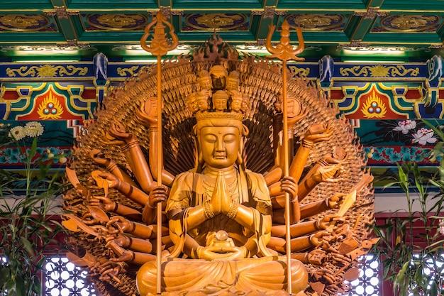 Большая деревянная статуя куан им у лай имеет тысячи рук