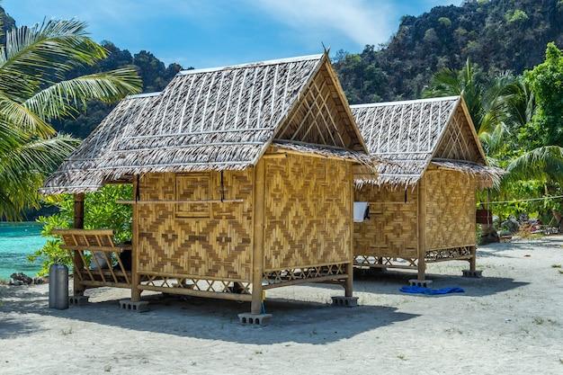 竹小屋や海岸の白い砂浜にあるコテージ。