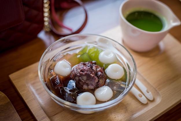 白玉あずき、小豆の入った日本のデザート、ガラスゼリー、氷の上の抹茶、アイスデザート
