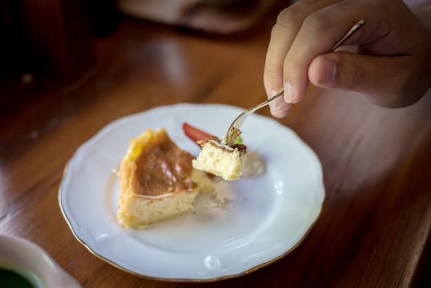 Чизкейк клубники с серебряными ложками на таблице, десерт японии.