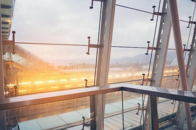 抽象的な建設鉄骨、工学の概念、雨滴ガラスの窓