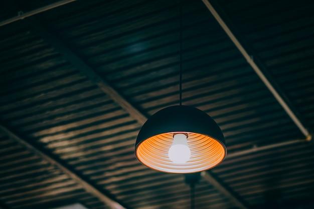 屋根に吊るすランプ