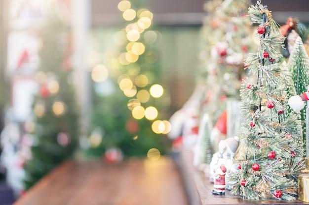 Рождественские абстрактные размытия фона, праздник на елку украшения на деревянные для фона