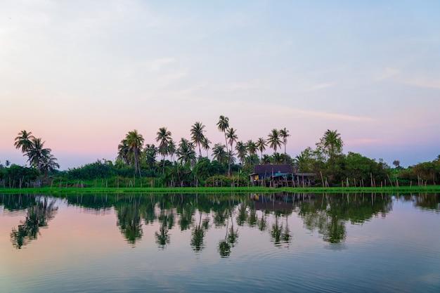 Домик на берегу реки в тайском стиле