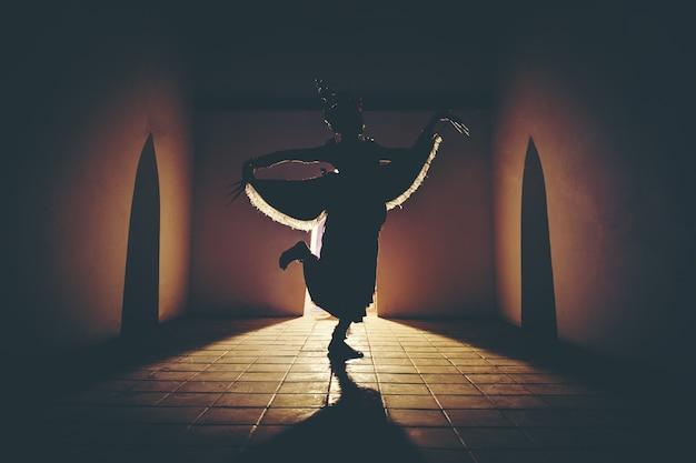 マノーラダンスショーのドレスを着た美しい女の子