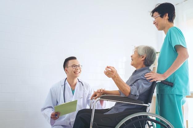 医者、老人、患者の、手、車椅子