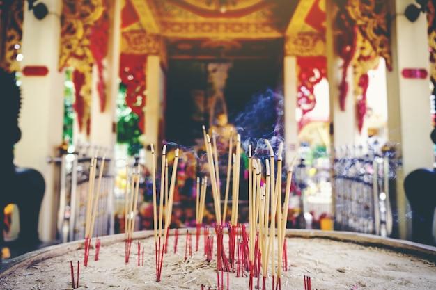 香の棒の燃焼、タイの仏教徒は仏を崇拝するために香を使用する