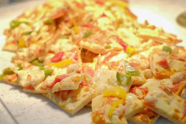 レストランメニュー - クラシックチーズがついているイタリアンピザを閉じます。選択フォーカス。