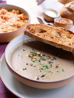 ローストパンとトリュフきのこのスープ