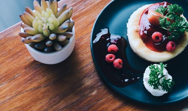 新鮮な果実とデザートのミントの自家製チーズケーキ - 彼