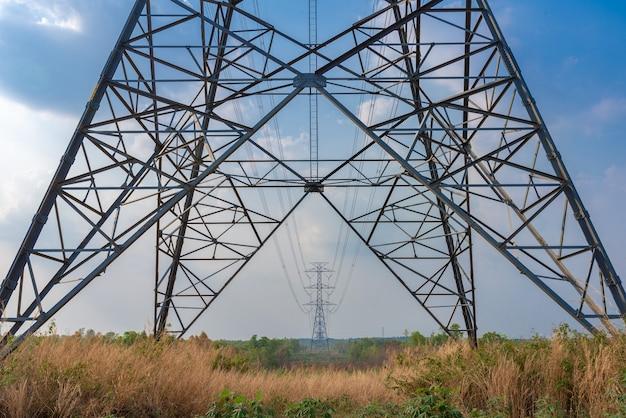 芝生のフィールド上の電気塔のシーン
