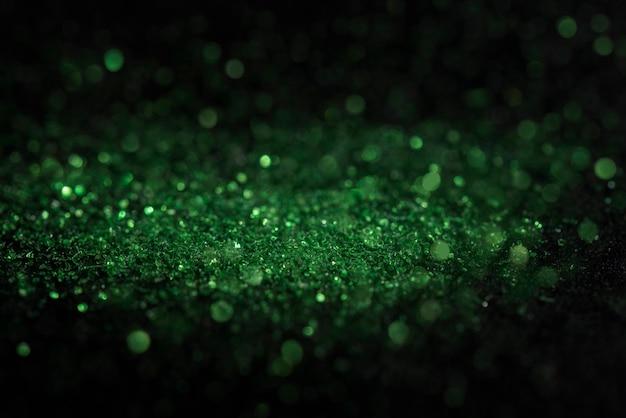 黒の背景にカーボランダムから緑ボケ