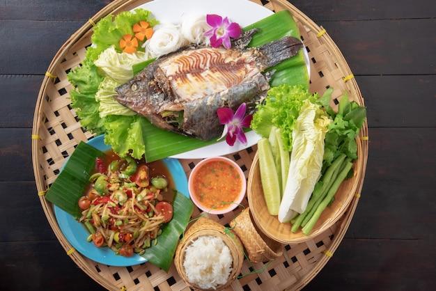 Смешанная тайская еда на черном столе