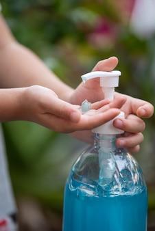 洗浄手消毒剤ゲルポンプディスペンサーを使用して子供の手