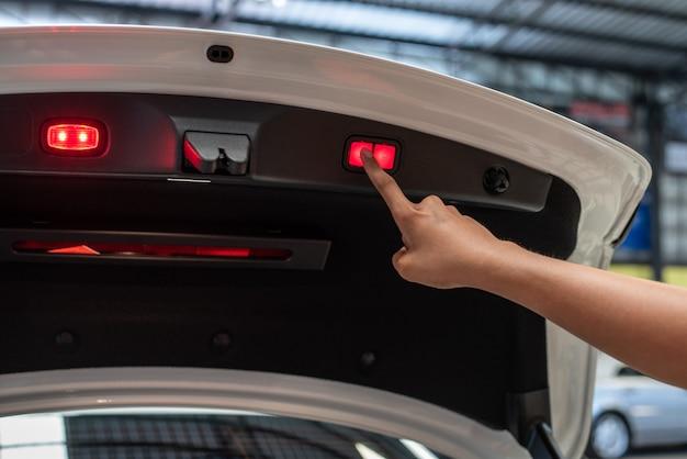 バックドアを閉じるには赤いボタンで指を押す