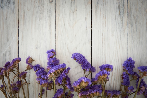 青い花と木製のフェンスの背景