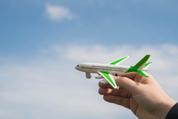 おもちゃの飛行機を手に持った男