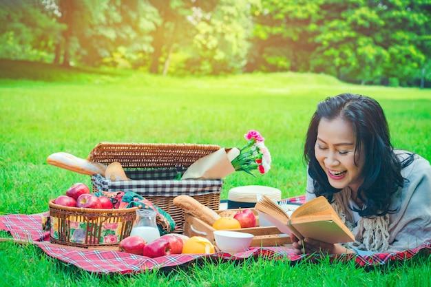 Молодая азиатская женщина расслабиться время в парке.