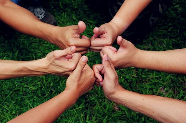 人間の手。人々の手を一緒に。