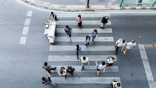 グループの人々の上面図は、白い歩行者との横断歩道を歩く