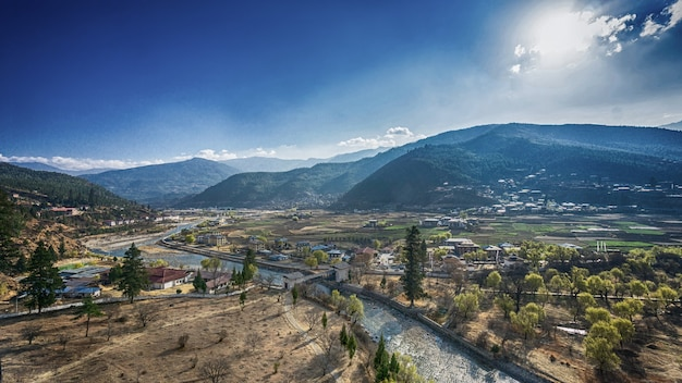 晴れた夏の日の山の村