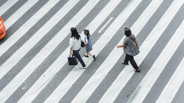 子供が街を歩く人と群衆の群衆
