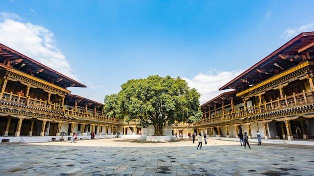 ブータン寺院プナカのテラス建造物と堅い丘の広場