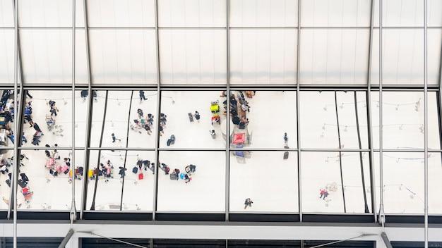 Отражение стекла вид сверху людей в очереди очереди с багажом и портфель