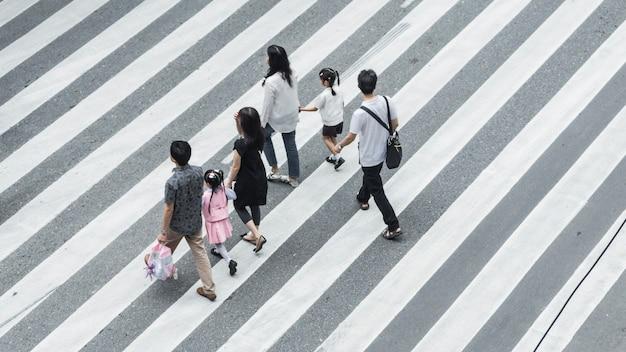 子供の散歩をしている人と家族の集まり