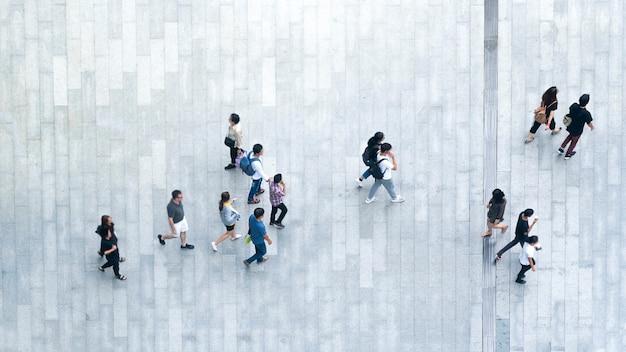 人々の平面図の群衆は、市内のビジネス通りの歩行者を歩きます。