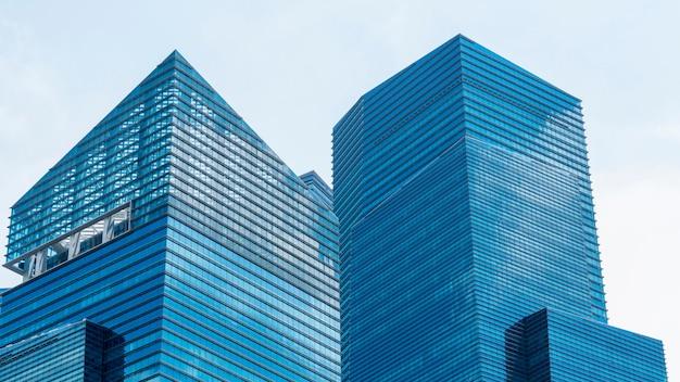 外装模様の青いガラスの壁のモダンな建物