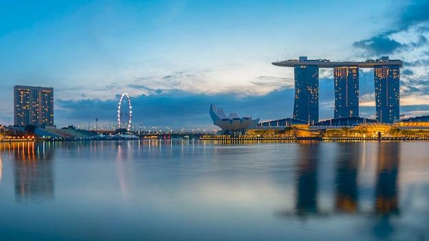 Яркий фон панорамы горизонта города сингапура в деловом центре города в районе восхода солнца