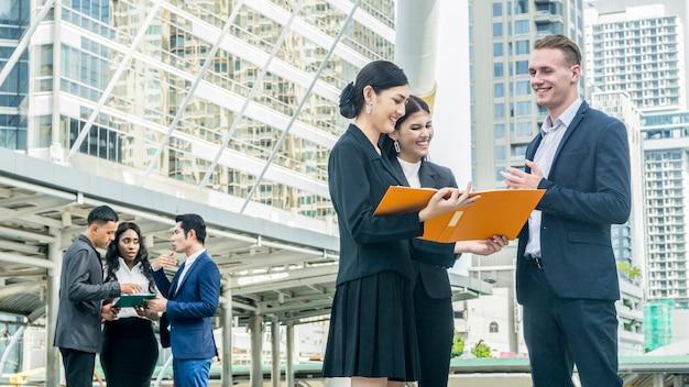 スマートシティの人々ビジネスのグループが屋外都市空間で会う