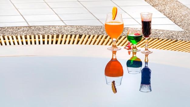 スイミングプールで夏の飲み物カラフルなカクテル