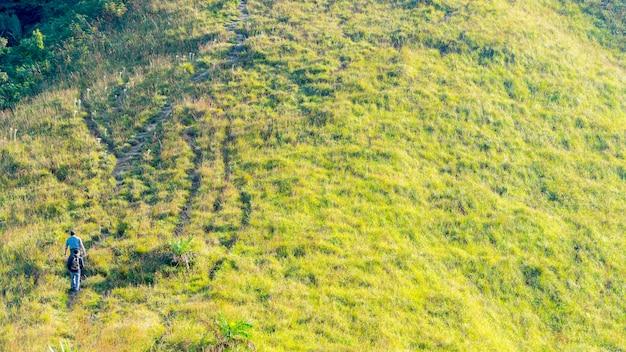 Группа людей, походы в пейзаж зеленого стекла горы высокого холма в виде высоты