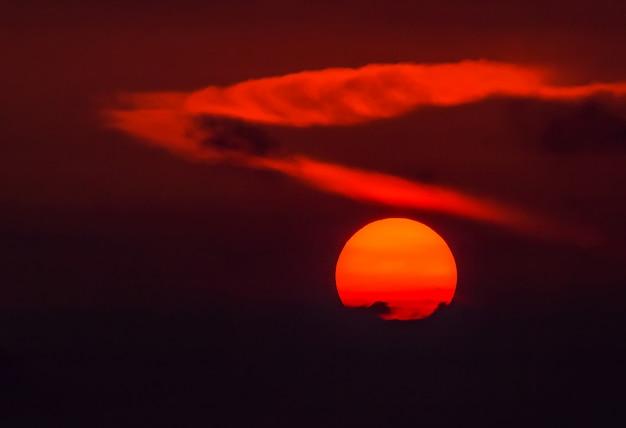 朝の大きな太陽