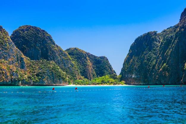 マヤベイはピピレイで最も有名なビーチのひとつです。